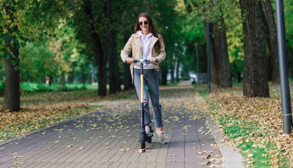 Usuaria patinete eléctrico